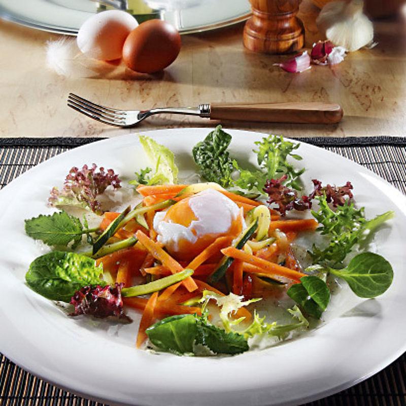 Oeufs poch s avec une julienne de l gumes sur un lit de salade color recette hagen grote gmbh - Appareil julienne legumes moulinex ...