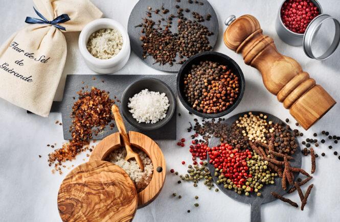 Différentes sortes de sels et poivres